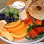 Em uma das capitais mundias do surf, é claro que a primeira refeição do dia (e a segunda, a terceira...) tinha que ser saudável. Não faltam frutas e mais frutas para o dia começar leve... Ah, e tem pão também, claro (Foto: Divulgação)