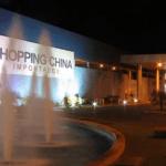 O imponente (e atraente) Shopping China tem unidades no Paraguai, na Bolívia e no Uruguai, com mais de 150 mil produtos importados à venda; as principais redes de fast food também estão por lá para a hora das refeições (Foto: Shopping China/Divulgação)
