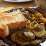 Sim, eles também têm torradas (aliás, elas estão presentes em todos os continentes, já que torrar um dos alimentos mais consumidos em toda a história da humanidade não é lá das tarefas mais difíceis e dá um sabor ainda mais especial ao pão). Mas, calma aí: eles também têm tofu, lentilhas, salsicha vegetariana e batatas assadas com alecrim no café da manhã. Bom demais! (Foto: Divulgação)