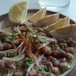 Até o nome é bonito: Ful Medames. Ui! É um dos pratos mais tradicionais dos egípicos, feito com favas, grão-de-bico, alho, limão, ovos, azeite e iguarias típicas da região (Foto: licença Wikimedia Commons)