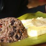 Gallo Pinto é o nome da fera! Quer dizer, do prato típico servido nos desjejuns costa-riquenhos. O que vai? Arroz, feijão, ovo frito, queijo, tortilha de milho mais alguma fruta que eles adoram por lá, como abacate ou banana-da-terra (Foto: licença Wikimedia Commons)