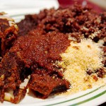 Os ganenses começam o dia com energia total! Eles costumam deleitar-se com uma excêntrica massa com arroz, feijão, frango, farofa... Ah, o nome do prato? Gororob..., ops, digo: Waakye (Foto: Divulgação)
