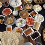 Tomates, pepinos, azeitonas, ovos, queijos, carne temperada... Não, não é meu jantar. É o desjejum dos turcos (Foto: licença Wikimedia Commons)