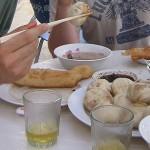 Acordar com carne de cordeiro cozida com gordura e farinha no prato é para poucos! E na Mongólia, esse banquete é para muitos (Foto: Divulgação)