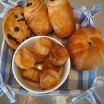 Os franceses são chiques, benhê! Por lá, não podem faltar as baguetes com manteiga, geleias diversas e os internacionais croissants, além de biscoitos, pastéis típicos e café (sim, eles também apreciam uma de nossas bebidas favoritas!) (Foto: Divulgação)