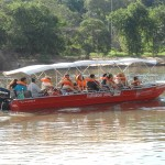 Os passeios de barco pelo rio que corta a cidade podem durar de 15 minutos até um dia (com almoço típico incluso no roteiro maior no Bairro Tanquã) (Foto: Antonio Trivelin)