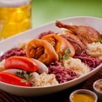 Em muitos restaurantes do Vale Europeu, como é conhecido Pomerode, não podem faltar o tradicionalíssimo eisbein (joelho de porco), o kassler (bisteca de porco), as salsichas alemãs e o kochkase (queijo temperado) (Foto: Divulgação/Pomerode Online)