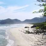 A Praia de Grumari - distante cerca de 20 km da Barra da Tijuca - é ponto de encontro de surfistas, banhistas e naturistas que buscam paz e sossego (Foto: licença Wikimedia Commons)