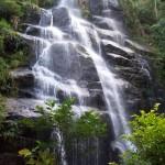 Nada menos que 40 metros de altura de queda d'água encantam os visitantes que percorrem uma trilha de cerca de 400 metros para conhecer a tão famosa Cachoeira Véu de Noiva. As águas calmas e transparentes convidam a um mergulho (Foto: Eduardo Oliveira)