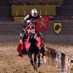 Que vença o melhor! Mas que não dá para ficar apático no duelo dos cavaleiros no Medieval Times, não dá mesmo. É contagiante (Foto: Divulgação/Medieval Times)