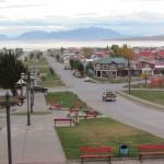 As montanhas nevadas compõem o cenário da tranquila - e colorida -  cidadezinha de Puerto Natales (Foto: Eduardo Oliveira)