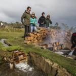 O famoso asado a la hueca (leia-se: cordeiro no rolete) é feito com muito capricho nos campos da Patagônia (Foto: NOI Índigo)