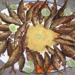 Na culinária santarense, não podem faltar o tucunaré na manteiga, a caldeirada de pirarucu, o açaí com farinha de tapioca, além das fartas porções de peixes, como os charutinhos (na foto), fritos e servidos com farofa e limão (Foto: Divulgação)
