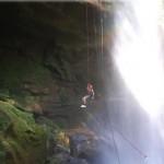 Algumas empresas da região oferecem aos visitantes a prática de rapel e tirolesa nas cachoeiras de Taquaruçu. Os praticantes dessas modalidades também costumam incluir a cidade na rota da prática esportiva, pois a  tirolesa, por exemplo, está entre as mais altas do país na categoria esporte vertical, com 1.300 metros de extensão, a uma altitude de 600 metros (Foto: Antonio Olmedo Soler)