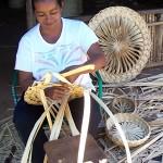 Artesãos locais produzem bolsas, vasos e peças de decoração em palha feitos com capim dourado, que é uma espécie de sempre-viva típica da região tocantinense (Foto: Antonio Olmedo Soler)