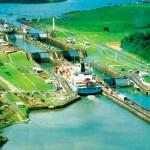 No detalhe, o Canal do Panamá, uma das travessias mais importantes do mundo com 81 quilômetros de extensão (Foto: licença Wikimedia Commons)