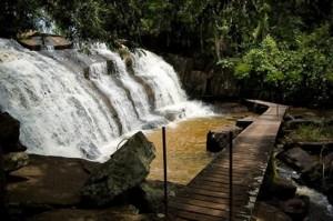 07. A região oferece várias cachoeiras para que os visitantes possam relaxar nas águas serranas; no detalhe, a Cachoeira Ronco d'Água (Foto: Divulgação/Pousada Além do Horizonte)