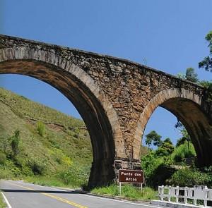 05. A Ponte dos Arcos, que mede 55 metros de comprimento, 12 metros de altura e 4 metros de largura, é uma construção que foi feita no século pelos escravos da região (Foto: Divulgação)