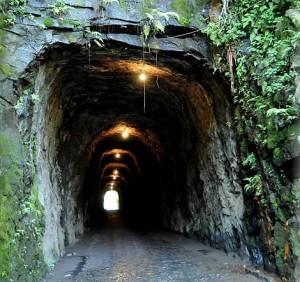 04. O Túnel que Chora - com 95 metros de extensão, 5 metros de largura e 3,5 metros de altura -  foi escavado por escravos em 1880, para dar passagem ao antigo trem da Rede Ferroviária Federal. Até hoje, dizem que ele chora de saudades (Foto: Divulgação)