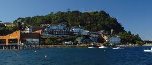 Vista da fachada do Cabaña del Lago, bem em frente ao Lago Llanquihue (Foto: Divulgação/Cabaña del Lago)
