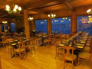 O moderno e aconchegante Mirador del Lago, restaurante do Cabaña del Lago que oferece muitos pratos à base de peixes endêmicos do Pacífico (Foto: Eduardo Oliveira)