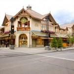 Hoje, a pequena cidade concentra uma boa estrutura hoteleira, além de possuirótimos restaurantes para atender os milhões de visitantes que passam anualmente pela região. Pelo centrinho, sempre muito limpo e bem cuidado, também há lojas que vendem os mais diferentes produtos (Foto: Banff/Divulgação)