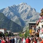 Sendo um dos destinos de férias preferidos dos canadenses, a cidade de Banff mostra cuidado com todos os detalhes para manter a região sempre bem atraente e preservada. De qualquer ponto do apaixonante município, se avistam as imponentes montanha que cercam a cidade (Foto: Banff/Divulgação)
