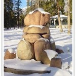Pelas ruas da cidade, há várias esculturas de arte, como o urso Mistahiya (à esquerda), um búfalo (ao centro) e um pássaro (à direita); as obras expressam tanto a história cultural de Banff como o relacionamento da população local com o meio ambiente (Foto: Banff/Divulgação)
