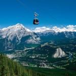 A vista de cima das ricas paisagens é arrebatadora: os turistas podem escolher entre teleférico e bondinho para conhecer as majestosas montanhas bem de perto (Foto: Banff/Divulgação)