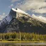 Há passeios oferecidos onde o próprio visitante pode remar nas águas tranquilas de alguns lagos; já para quem prefere emoção, há também a opção das descidas de caiaque pelas correntezas dos rios mais agitados (Foto: Banff/Divulgação)
