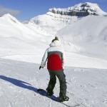 A temporada de esqui, que vai de novembro a maio, é um dos mais longos na América do Norte. Além do esqui tradicional, pode-se praticar o snowboarding, sempre com vista para as grandes montanhas rochosas (Foto: Banff/Divulgação)