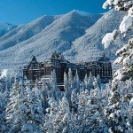 No detalhe, o centenário Fairmont Banff Springs Hotel (Foto: Banff/Divulgação)