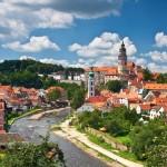 No detalhe, a torre da igreja gótica de São Vitor, um dos cartões-postais da tranquila cidade tcheca (Foto: CzechRepublic/Divulgação)
