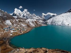 Mais que encontrar um tão incrível lago azul-turquesa entre picos nevados e nuvens, é encontrar uma aldeia em suas margens, em 4.750 metros acima do nível do mar. De quebra, do alto de Gokyo, ainda se tem uma vista privilegiada do famoso Monte Everest (Foto: Ivan Borisov)