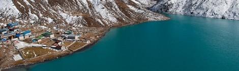 Gokyo, Nepal: um lago azul-turquesa e uma aldeia nas nuvens
