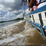 Travessia de barco: pelo Rio Mamoré, se cruza a fronteira Brasil-Bolívia, que liga as cidades de Guajará-Mirim (BRA) e Guayaramerín (BOL) (Foto: Taísa Arruda/Paula Andrade)