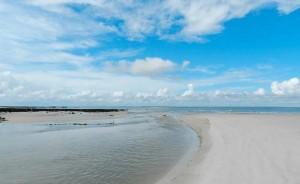 Marés e manguezais separam as quatro vilas da ilha: Algodoal, Fortalezinha, Camboinha e Mocooca. Algodoal é a que mais explora o turismo, já que é a mais visitada e a que tem melhor estrutura (Foto: Divulgação/Algodoal.com)