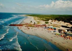 Na alta temporada, turistas do Norte do país, além de muitos estrangeiros, lotam as praias locais, com direito a muito reggae, rock e carimbó para agitar os dias quentes do litoral paraense (Foto: Divulgação/Algodoal.com)