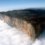 A grandiosa montanha se localiza no Parque Nacional do Monte Roraima, com uma área de 116 mil hectares no estado de Roraima, e é um dos lugares mais preservados do planeta; 80% do monte estão na Venezuela, 15% ficam na Guiana e 5% no Brasil (Foto: Amaral Lopes)