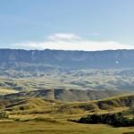 O Monte Roraima tem um formato de mesa e possui aproximadamente 2.800 metros de altitude e sua área é de cerca de 40 quilômetros quadrados; estima-se que o complexo natural tenha sido formado há cerca de dois bilhões de anos (Foto: licença Wikimedia Commons)