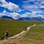 Muitos praticantes de trekking, montanhistas e mochileiros incluem a região no roteiro de trilhas; pela Venezuela, o Monte Roraima pode ser acessado pelo Parque Nacional Canaima, localizado no estado Bolívar e que tem aproximadamente 4 milhões de hectares, considerado o maior parque nacional da América Latina e declarado patrimônio da humanidade pela UNESCO no ano de 1.994 (Foto: Luizão Nazaré)