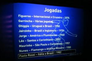 Em um dos ambientes interativos, monitores de TV exibem jogadas imortais, com comentários de consagrados jornalistas esportivos e de amantes do esporte bretão); por ali, há também projeções de jogadores em grandes telas presas ao teto, cabines de áudio com narrações históricas de diversos gols, além de telões que mostram os gritos de guerra e as coreografias das torcidas dos principais clubes do Brasil (essa parte é arrepiante!) (Foto: Eduardo Oliveira)