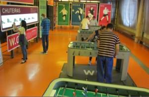 Jogar pebolim - ou totó - é uma das várias experiências que se pode ter no Museu do Futebol (Foto: Eduardo Oliveira)