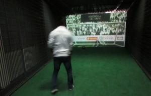 Dentre as diferentes formas de interagir no museu, o visitante tem a oportunidade de cobrar um pênalti e medir a velocidade do chute; há outra atração também muito interessante em que é possível jogar futebol com uma bola virtual (Foto: Eduardo Oliveira)