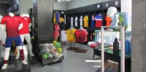 Ao final da aventura, há uma loja com muitos produtos à venda, como uniformes, bolas, flâmulas, maquetes de estádios... (Foto: Eduardo Oliveira)