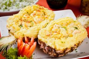 O restaurante que surgiu em 1.994 tendo como base os pratos com carne de sol, ficou ainda mais famoso depois que passou a servir o suculento camarão no abacaxi (refogado na manteiga da terra com cubos de abacaxi, creme de leite e molho branco e gratinado com queijo mussarela). O prato ainda acompanha arroz de brócolis e purê de batata (Foto: Divulgação/Farofa d'Água)