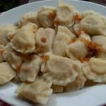 O pierogi (ou perohê) é uma típica iguaria ucraniana: é um pastel com massa cozida, que pode ser recheado com batata, chucrute, carne moída, queijo colonial (típíco da região paranaense) ou cracóvia (salame produzido artesanalmente em Prudentópolis) (Foto: licença Wikimedia Commons)