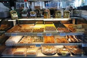 Pela cidade, não faltam restaurantes e padarias com muitas iguarias gregas (Foto: Skye Views)