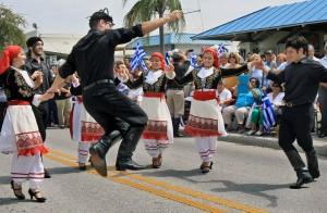 Tons de azul e branco inundam as ruas de Tarpon Springs durante o desfile anual que comemora o Dia da Independência Grega (Foto: Divulgação/Tampa Bay Times)