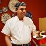Chef Juliano Braz prepara parte das sobremesas na frente dos hóspedes (Foto: Érika Soares)